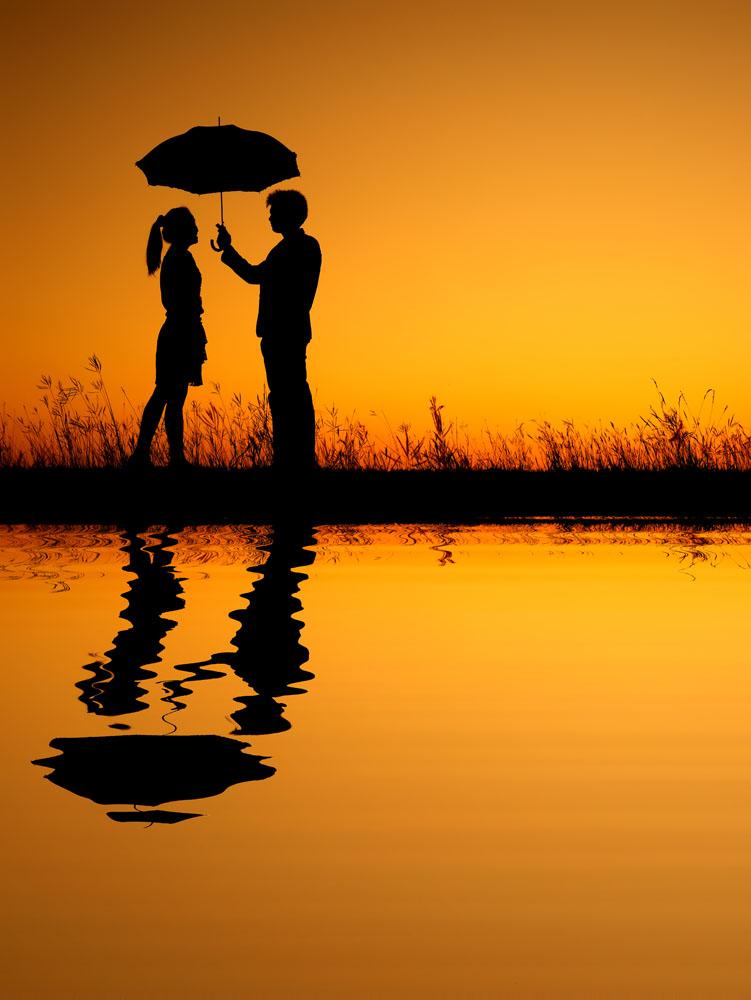 情侣打伞手绘图片